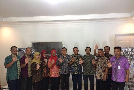 Wakil Ketua KPID Jawa Tengah Asep Cuwantoro berpose bersama peserta pembekalan kelompok masyarakat pemantau di LPPL Radio Swara Kendal, Kamis (22/2/2018).