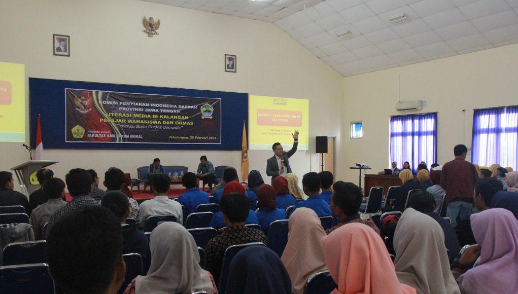 Peserta seminar literasi media menyimak pemaparan materi dari Wakil Ketua KPID Jawa Tengah Asep Cuwantoro di Kampus Universitas Pekalongan (Unikal), Selasa (28/2/2018).