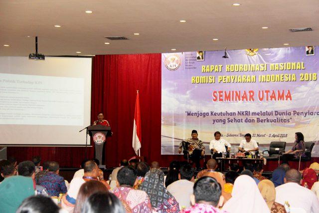 Wakil Ketua Komisi I DPR RI Asril Tanjung, S.Ip. menyampaikan paparan dalam seminar utama Hari Penyiaran Nasional (Harsiarnas) ke-85 di Palu, Senin (2/4/3/2018).
